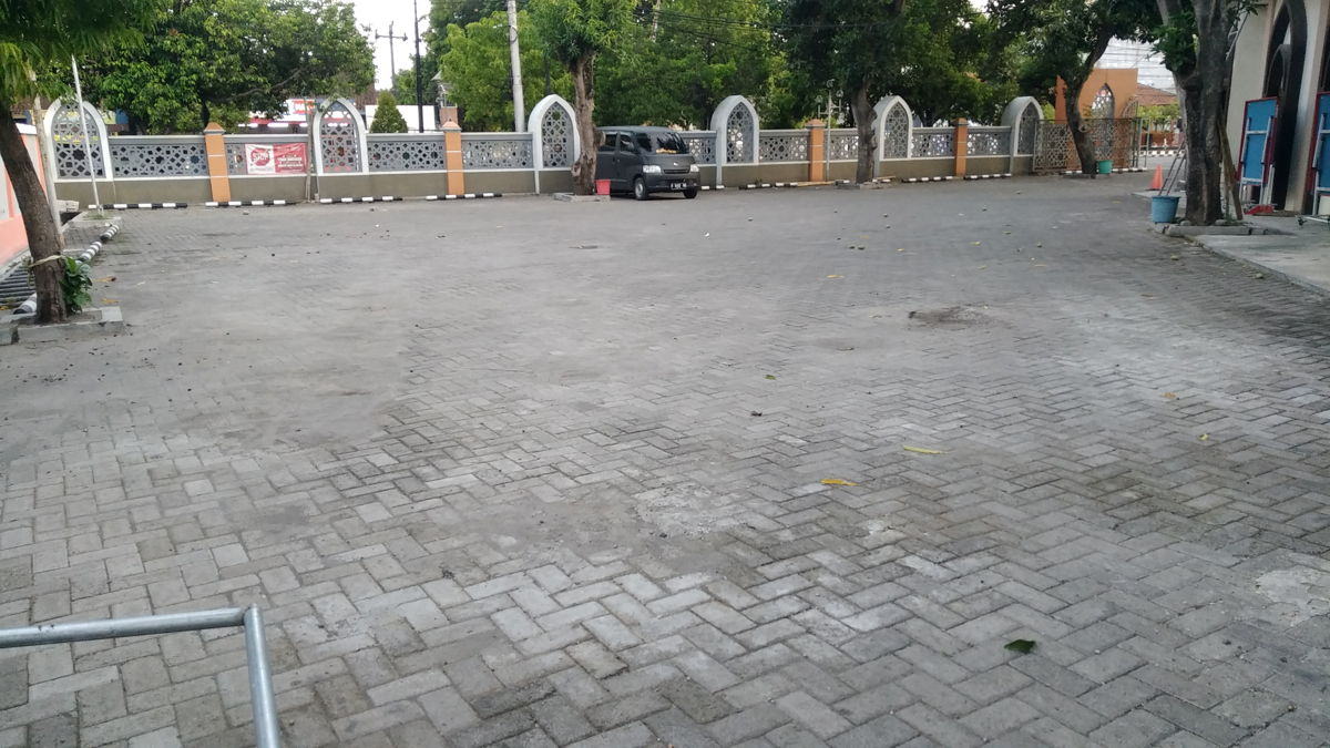 Masjid Raya Al Falah Sragen - Fasilitas: Halaman parkir mobil yang luas.