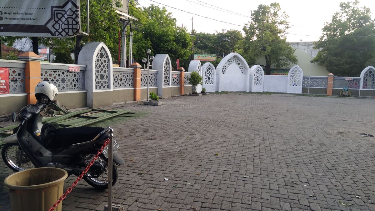 Masjid Raya Al Falah Sragen - Fasilitas: Halaman parkir motor yang luas